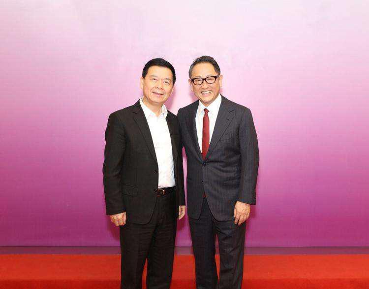 广汽集团董事长曾庆洪(左)与丰田社长丰田章男(右)合影