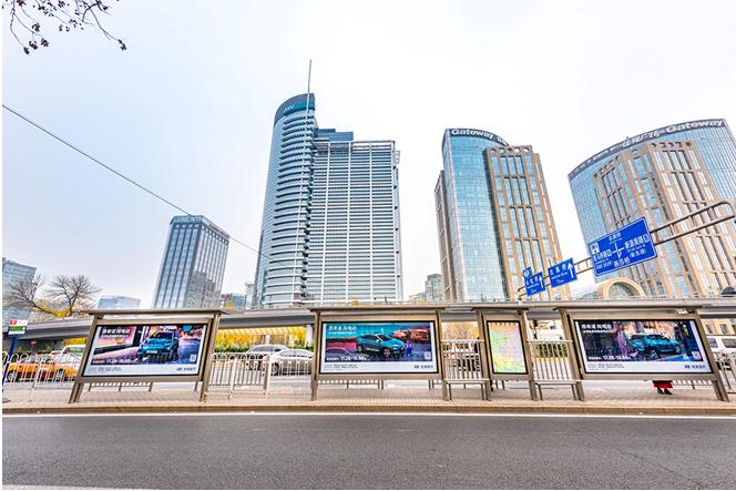又不是流量明星 它凭啥承包了北京候车亭广告位?